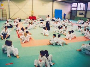 27.11.2004 | Josette au milieu de ses jeunes élèves