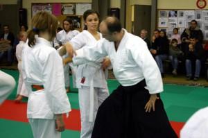 26.11.2005   Les gradés (sempai) aident les jeunes à corriger leur technique