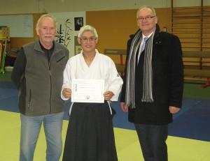 12.02.2014 | Mr Michel Hamon, 7ème Dan, remet le diplôme du 5ème Dan à notre Sensei Maurice Thai, en présence de Mr Pascal Noury, Maire de Morangis.